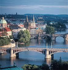 Prague. Praag wordt tot de mooiste steden van Europa gerekend. De ligging aan de Vltava geeft een speciaal cachet. In het hart van Bohemen koestert deze stad met meer dan 100 torens een schat aan historische gebouwen en een door velen benijde culturele rijkdom. Praag is een stad die men verlaat met het voornemen er ooit terug te komen.